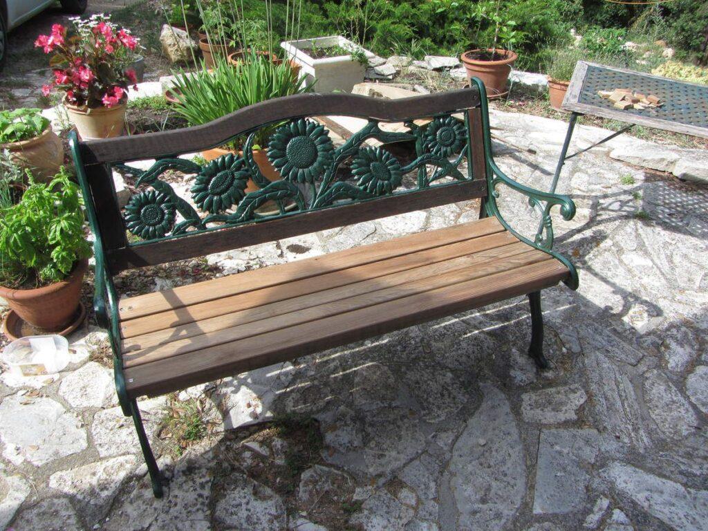 Le banc de jardin est parfaitement rénové