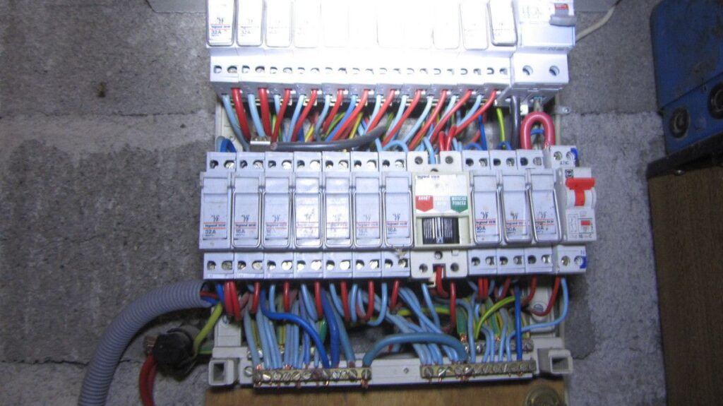 Tableau électrique en place datant des années 70