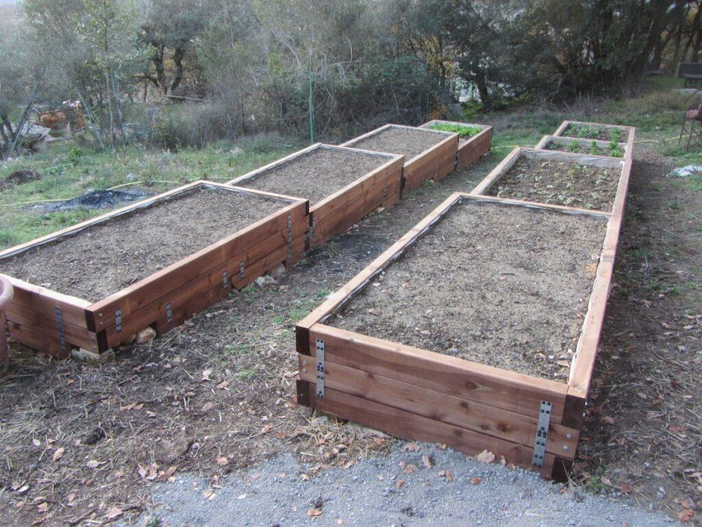 Deux rangs de quatre jardinières