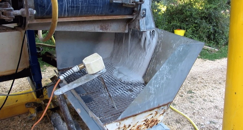 Un tuyau alimente en eau le mélangeur