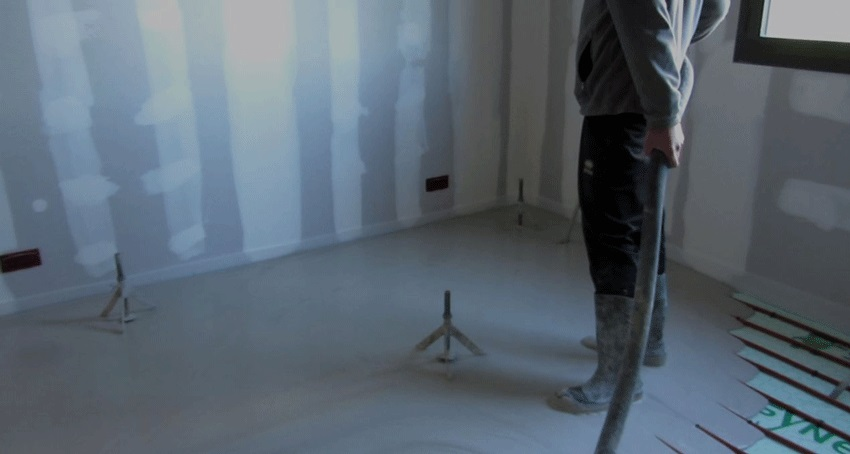 Le béton liquide enrobe enrobe les tuyaux PER du plancher chauffant