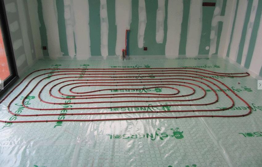 Boucle d'un tube PER du plancher chauffant hydraulique